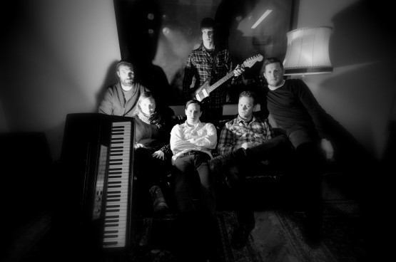 Kåre Ramskjell, Rakel Aurjord, Frank Hüttepohl, Nils Petter Rusånes, Svein Skjerstad, med gitar: Kristoffer Unstad
